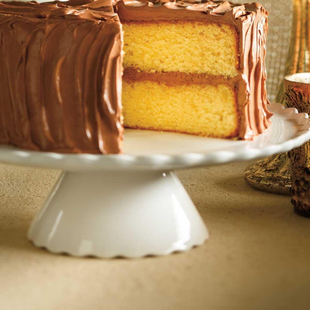 Gâteau doré glaçage au chocolat