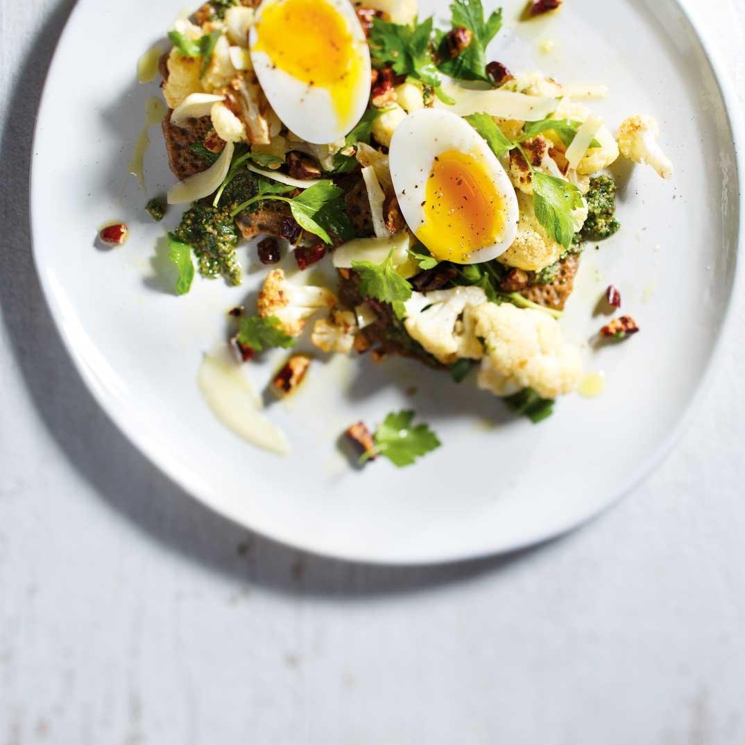 Galettes de sarrasin, pesto de persil et salade de chou-fleur rôti
