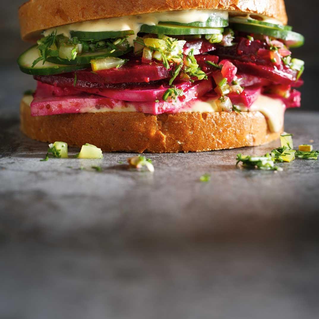 Sandwich déli à la betterave et au tofu