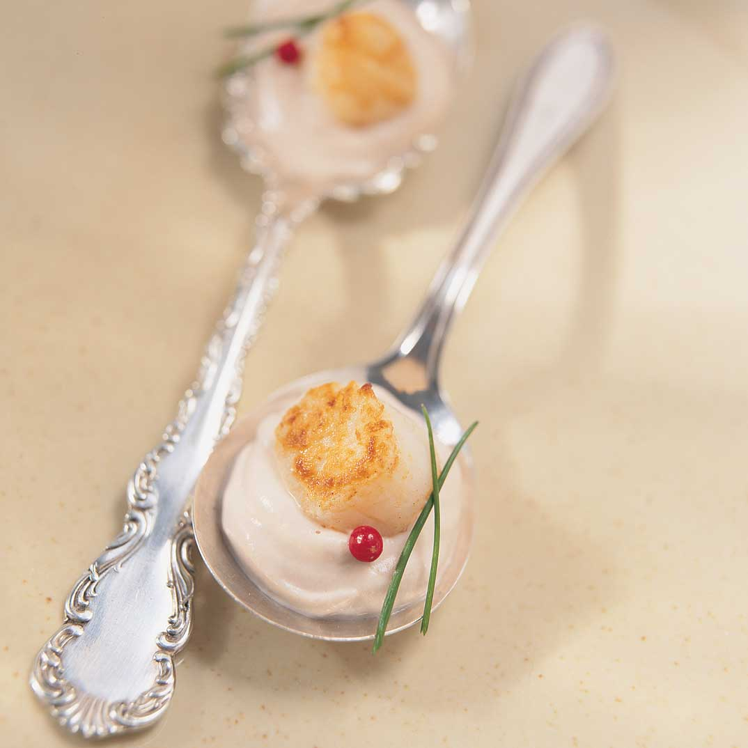 Pétoncles grillés sur crème fouettée au basilic