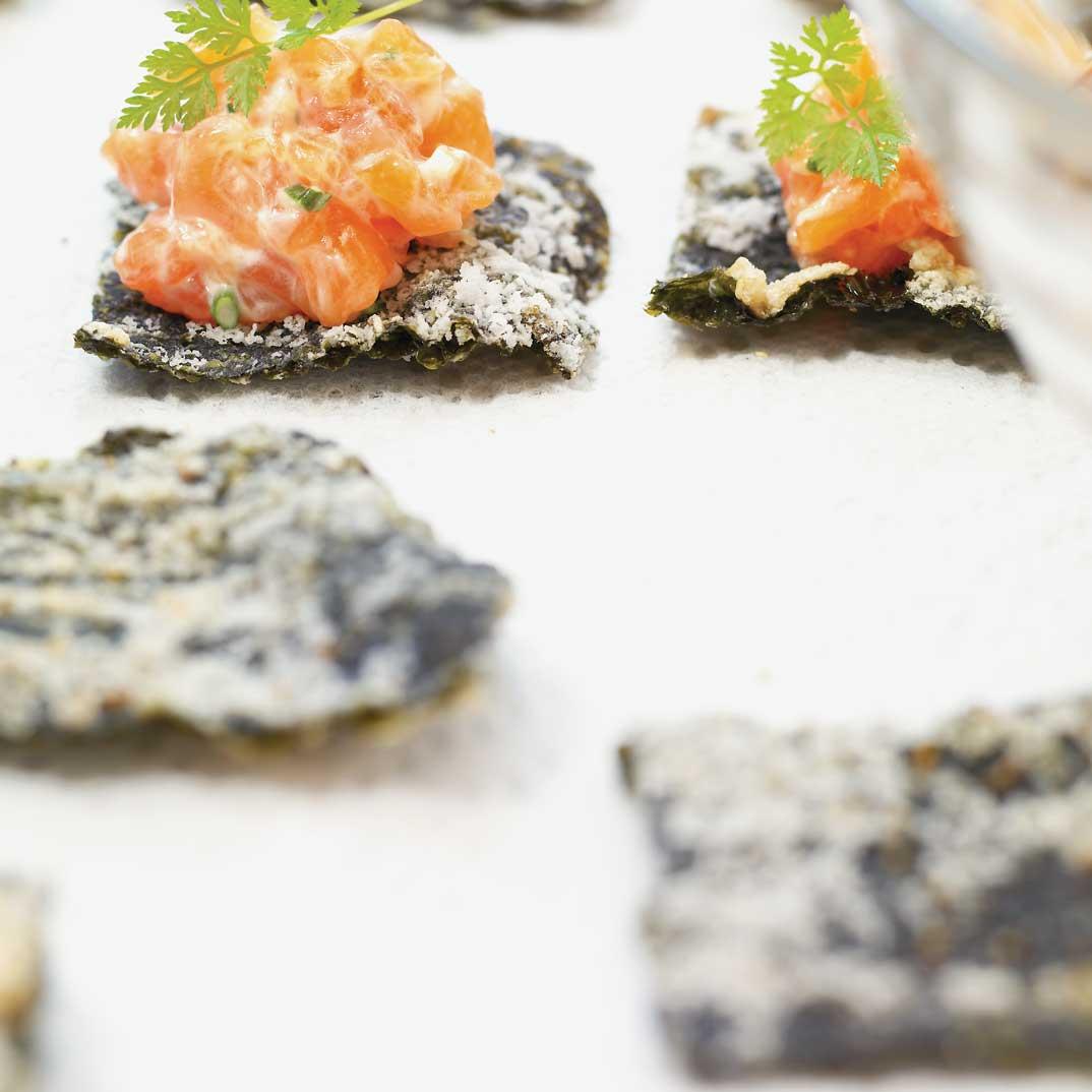Tartare de saumon sur algue nori frite