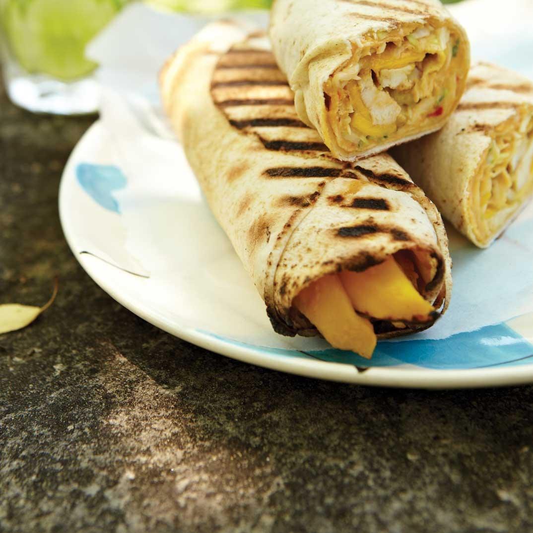 Pitas grillés au poulet et à la mangue
