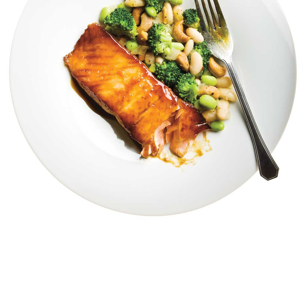 Saumon et salade chaude aux haricots blancs, fèves de soya et brocoli