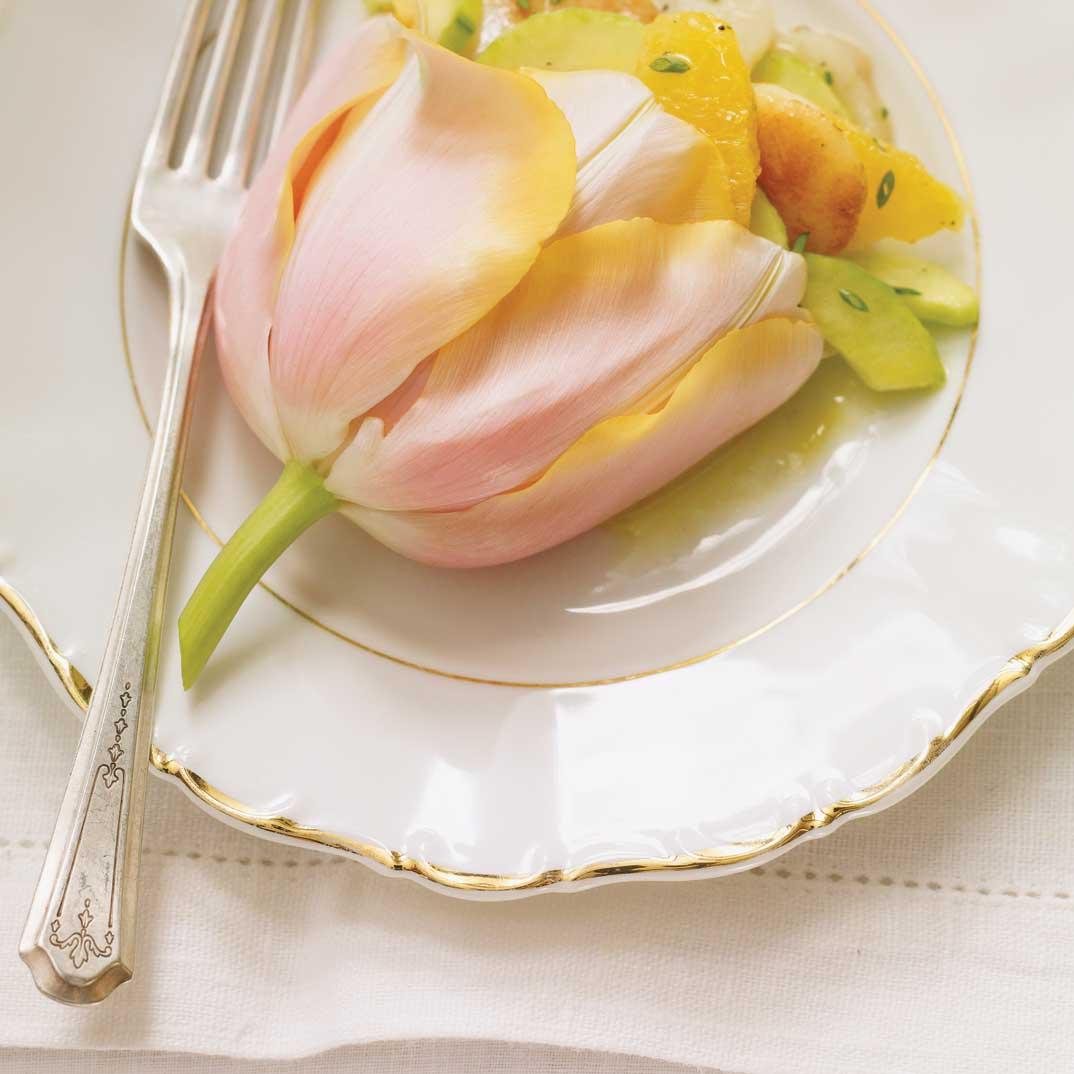 Salade de pétoncles et d'oranges dans une tulipe