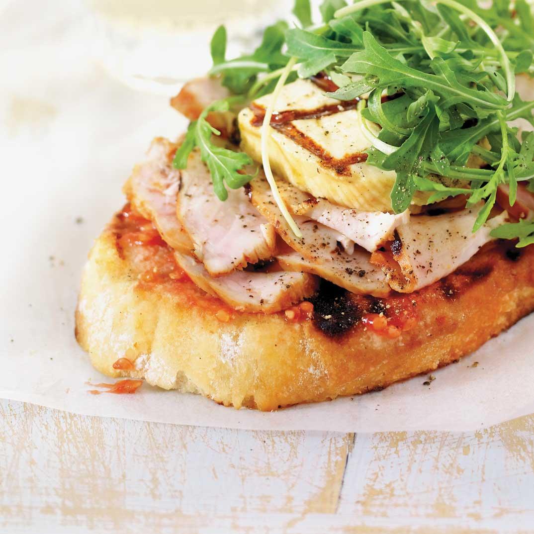 Sandwich méditerranéen au poulet et au fromage grillé