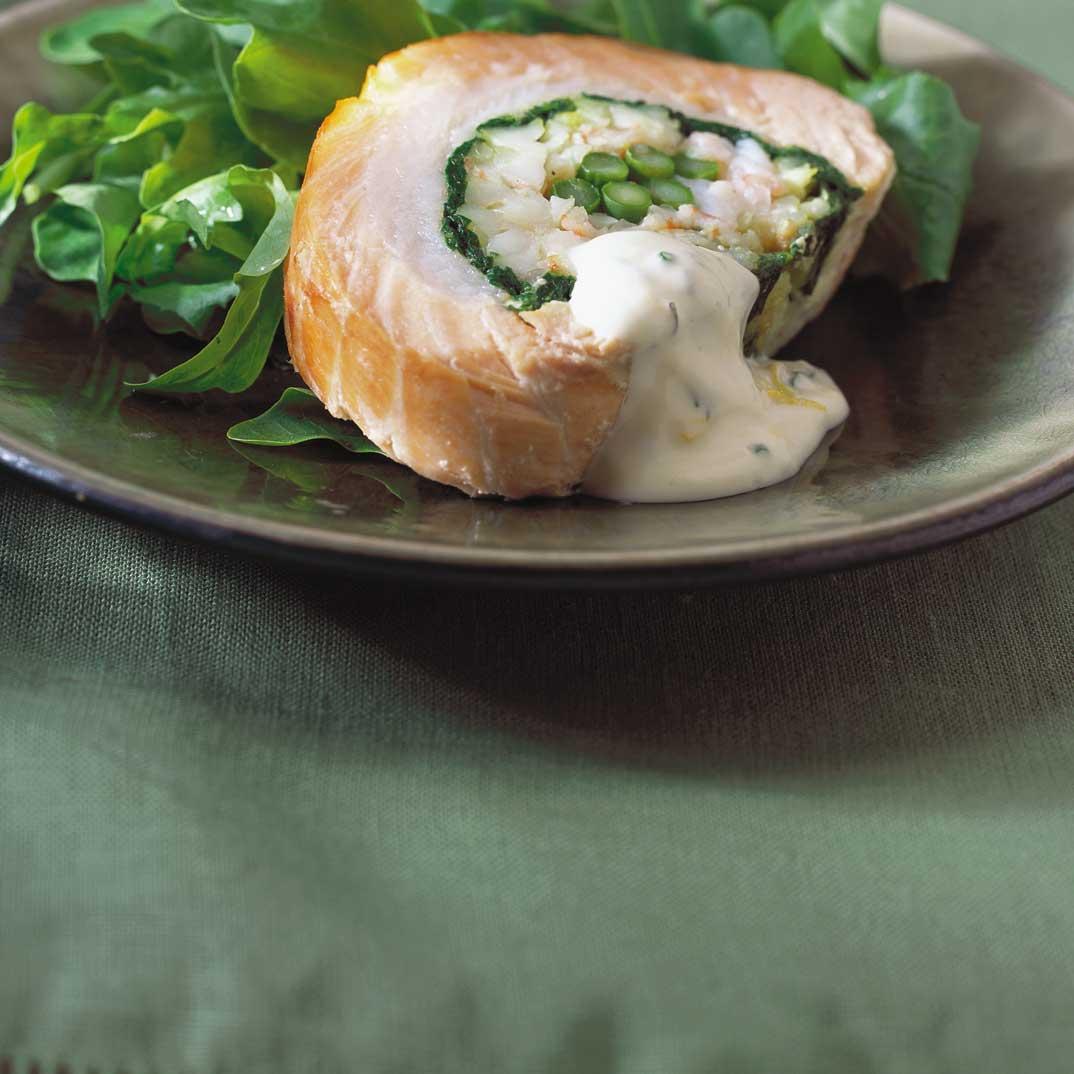 Rôti de saumon froid farci aux crevettes et aux légumes
