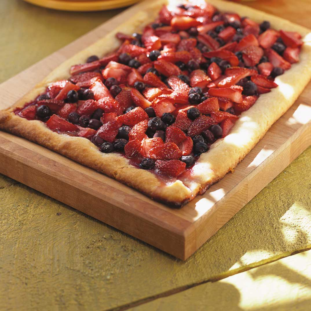 Tarte rustique aux fraises et aux bleuets