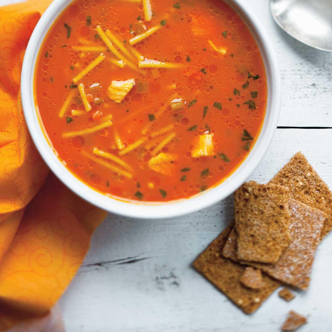 Soupe poulet et nouilles au jus de carottes