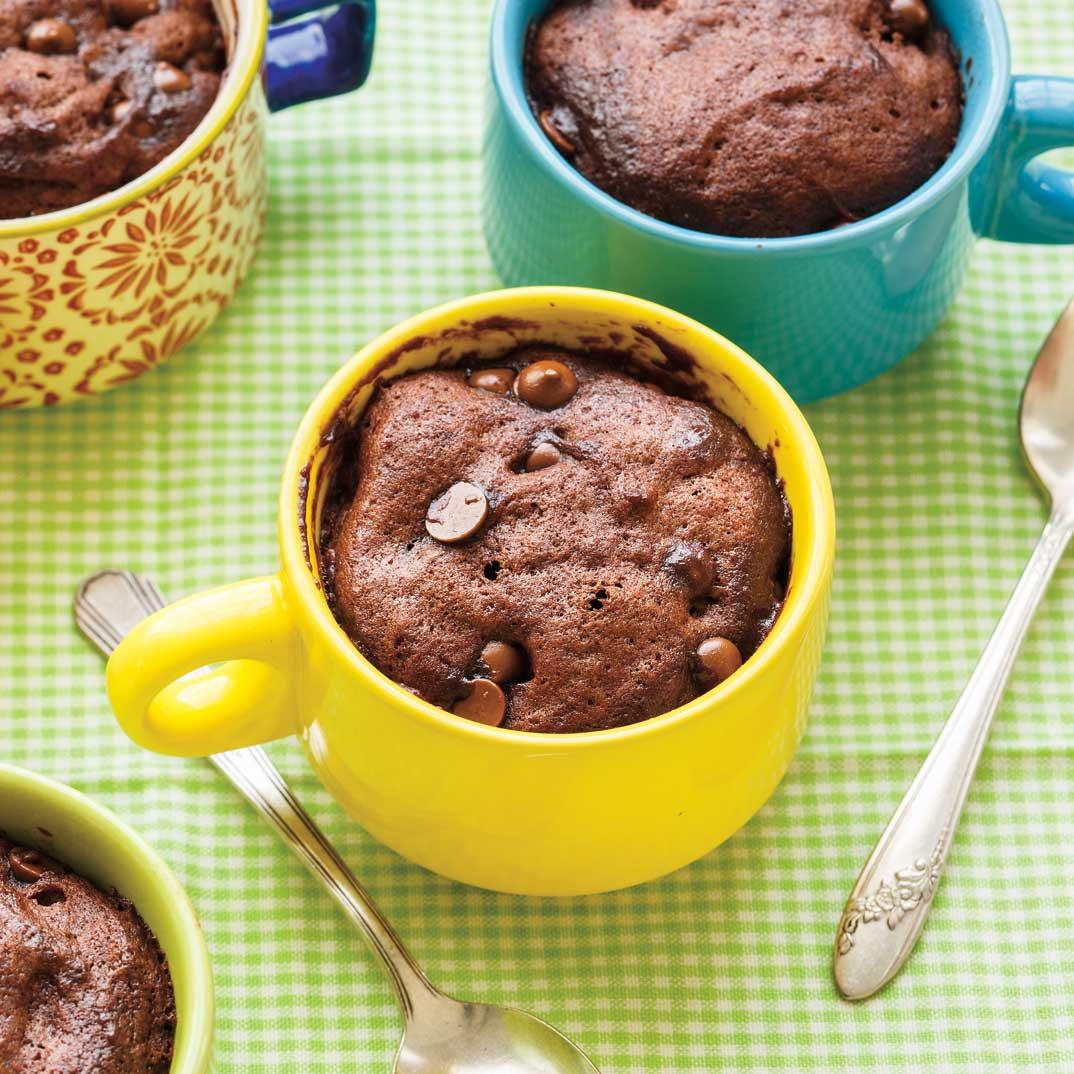 Gâteau moelleux au chocolat dans une tasse
