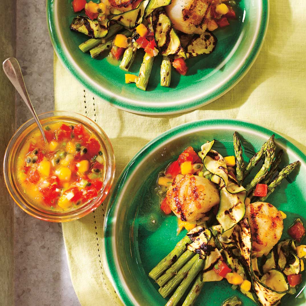 Pétoncles et légumes grillés avec salsa de mangue et de fruit de la passion