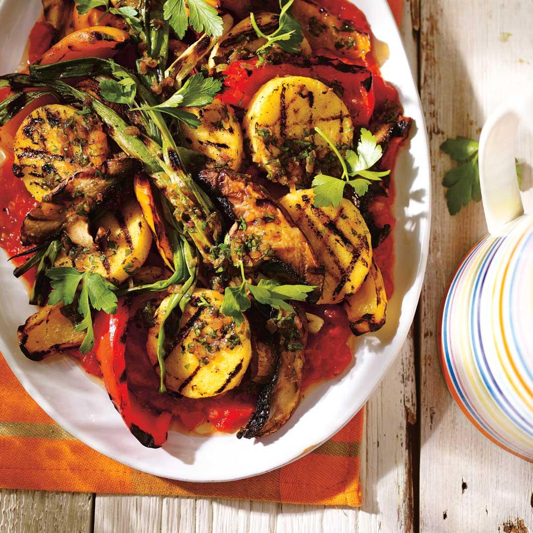 Grillades de polenta, de champignons et de poivrons et vinaigrette à l'échalote rôtie
