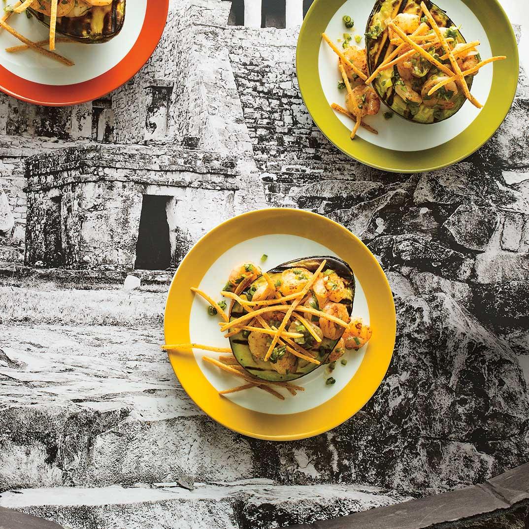 Avocat grillé aux crevettes et frites de tortillas (<i>Aguacate con camarones y tortillas fritas</i>)