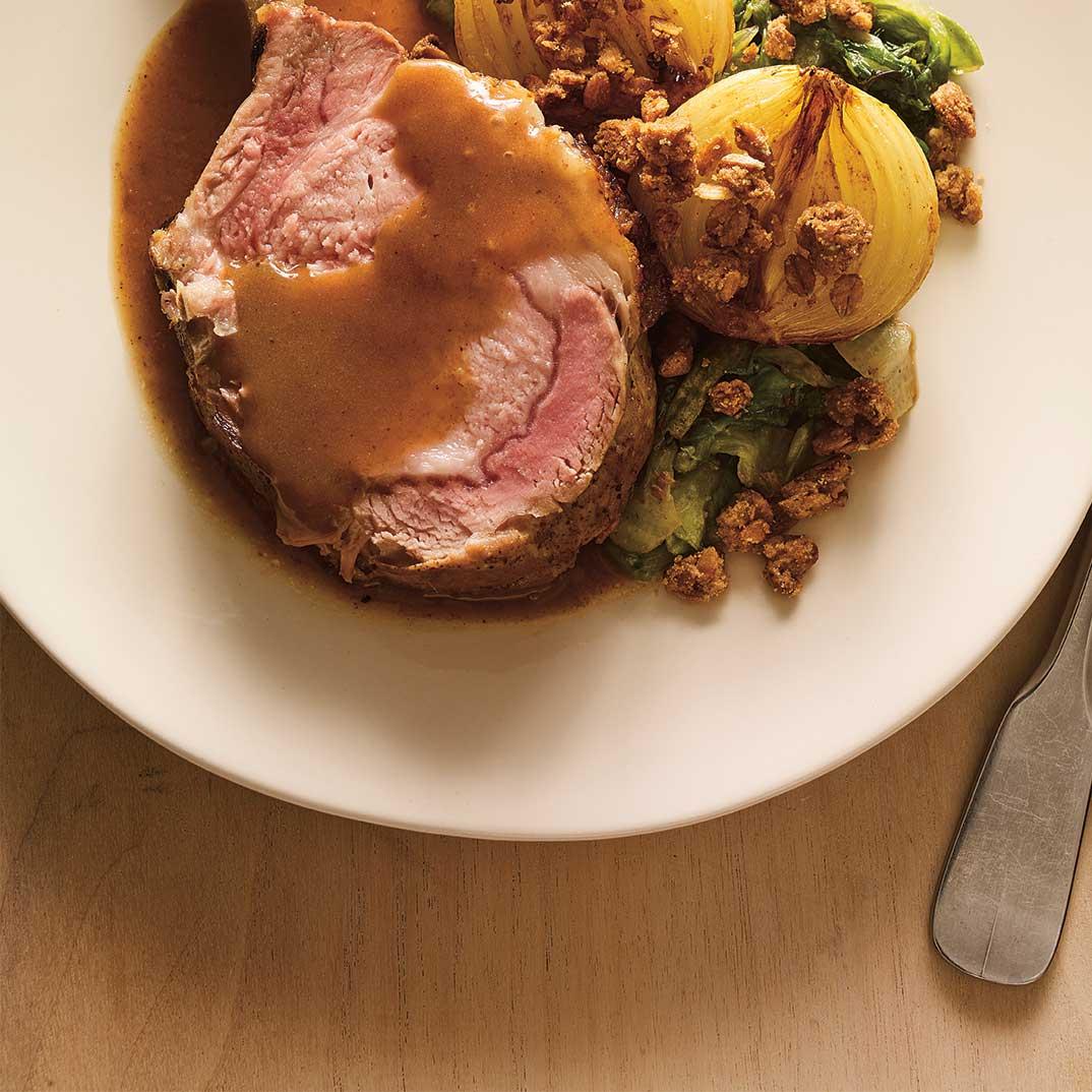 Carré de porc et oignons rôtis au cidre, crumble d'épeautre et tombée de laitue
