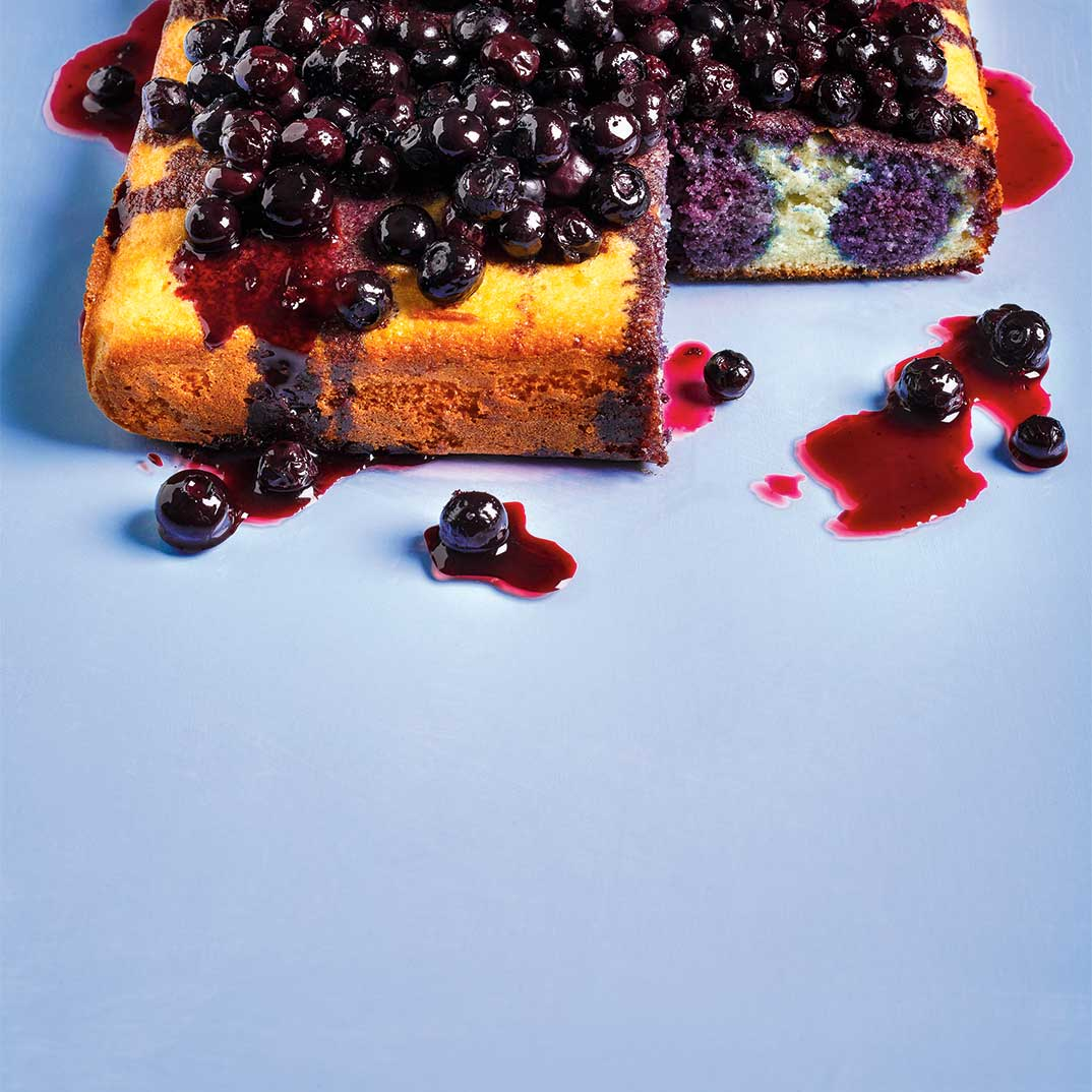 <i>Poke cake</i> aux bleuets et à la crème de cassis
