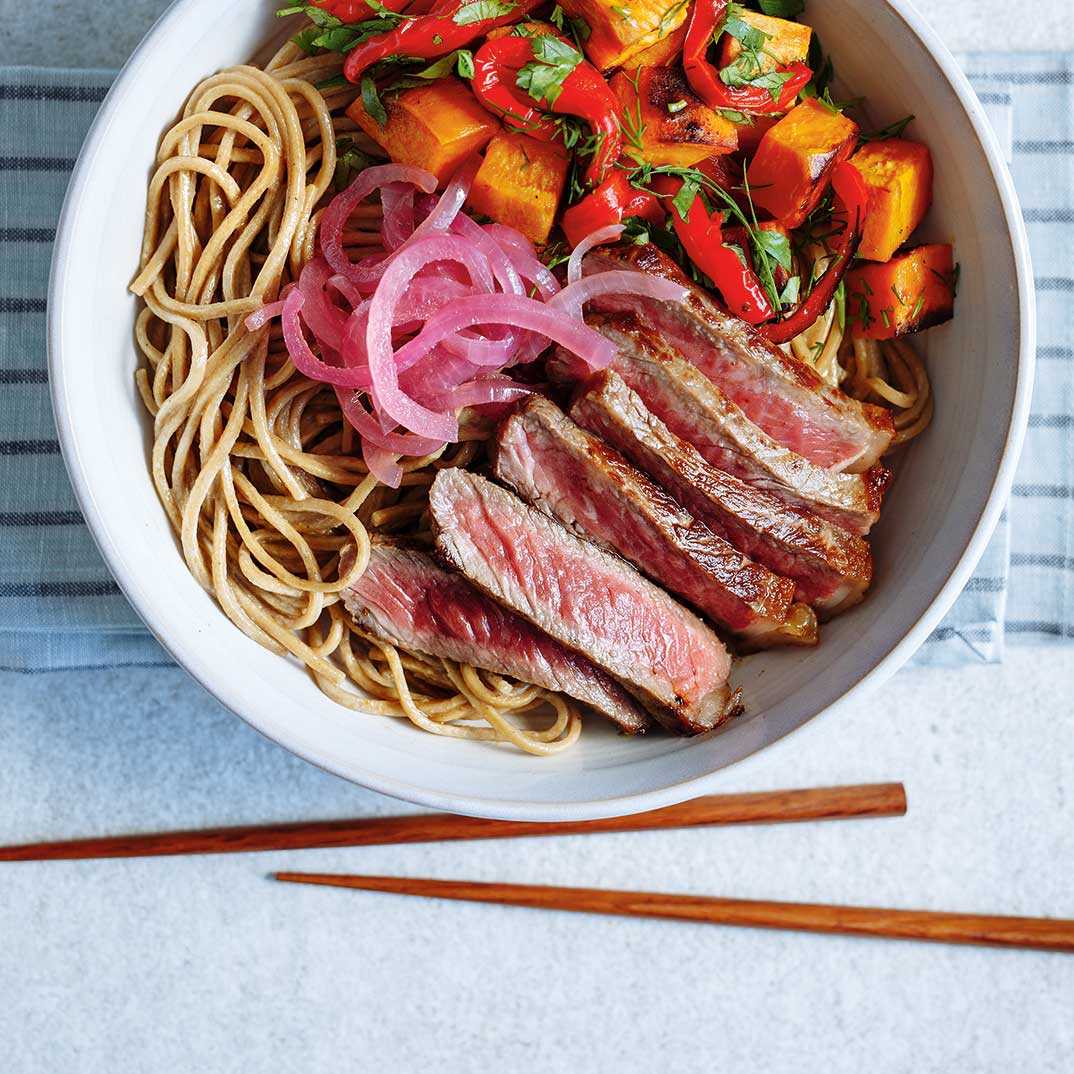 Bol de soba au bœuf et aux légumes grillés