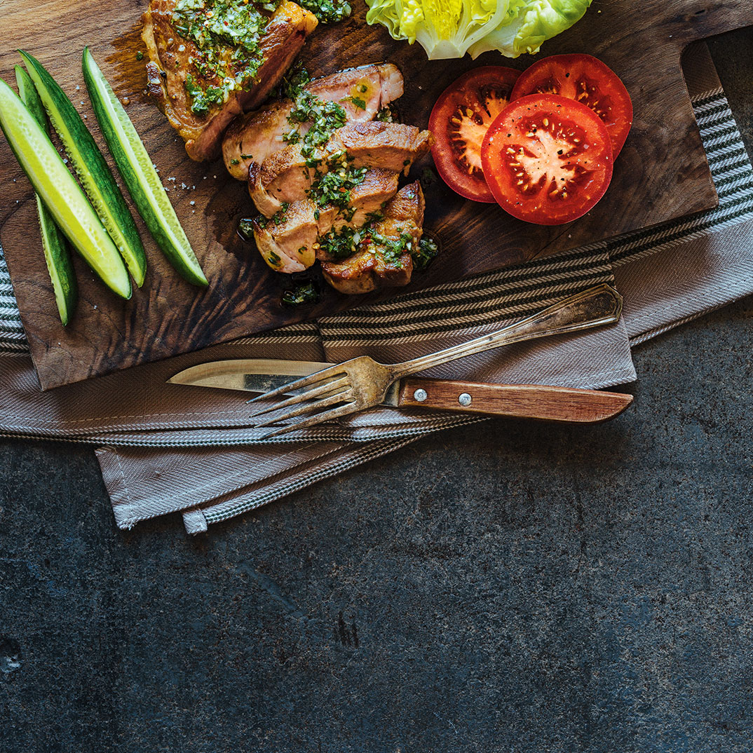 Bifteck d'échine de porc et sauce chimichurri