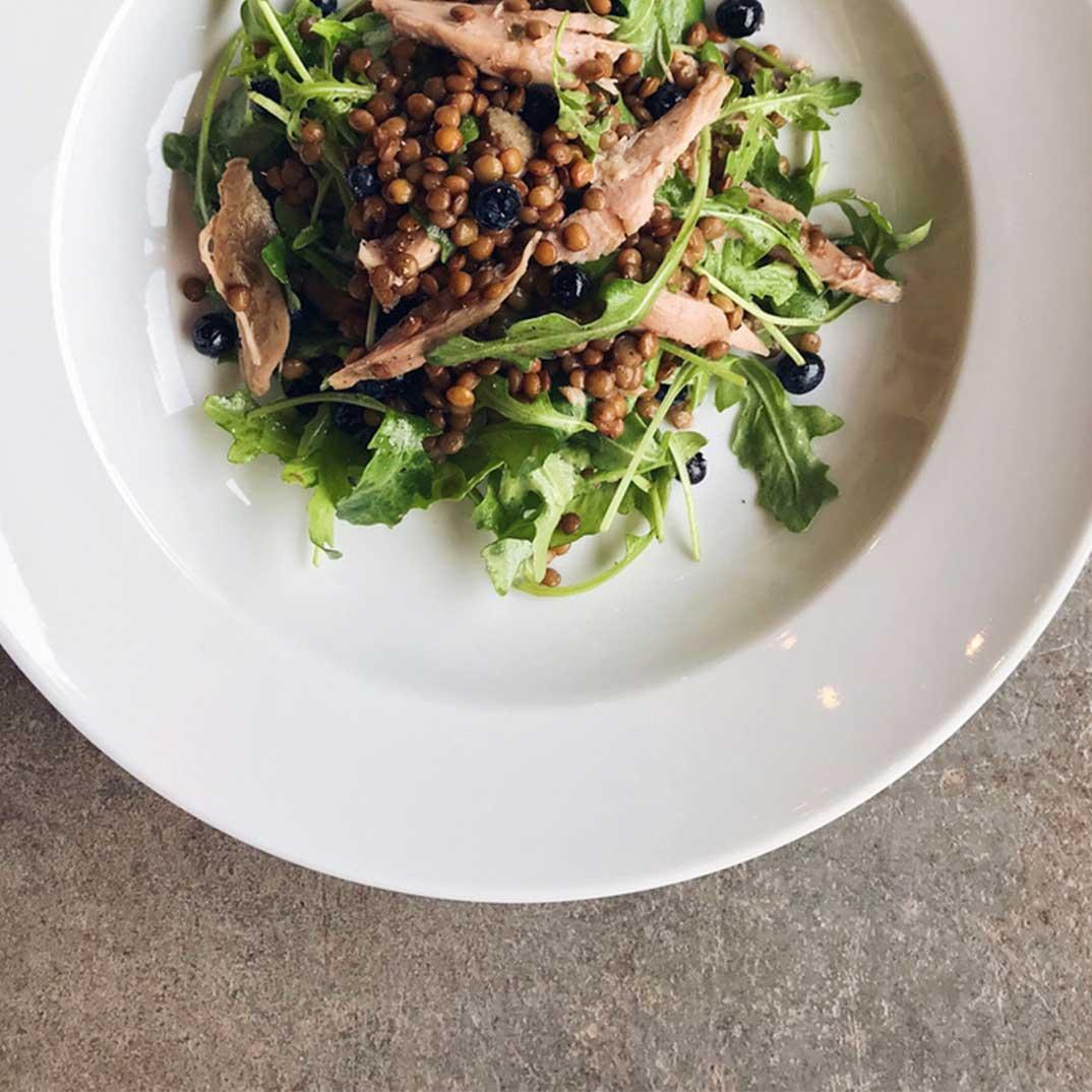 Salade de lentilles, canard confit et bleuets