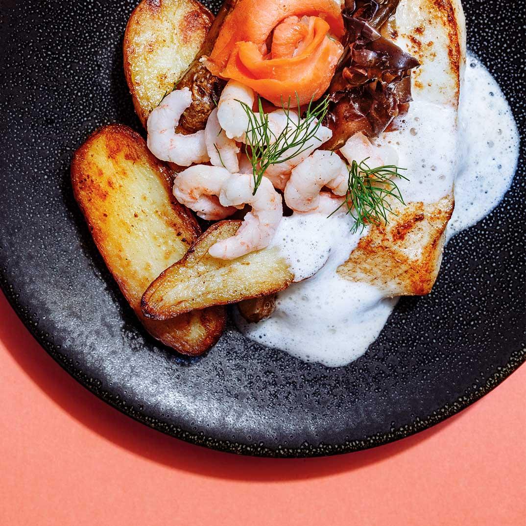Flétan rôti, crevettes nordiques  et saumon fumé