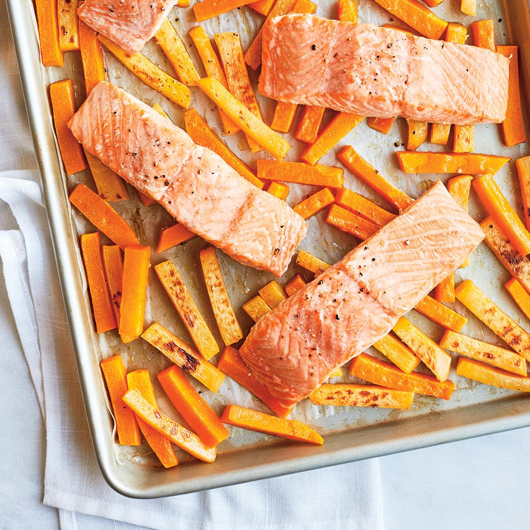 Saumon et légumes rôtis au four, yogourt à l'estragon