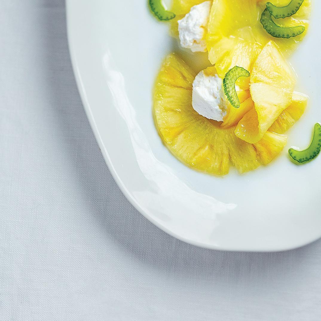 Carpaccio d'ananas, crème à la ricotta et céleri confit