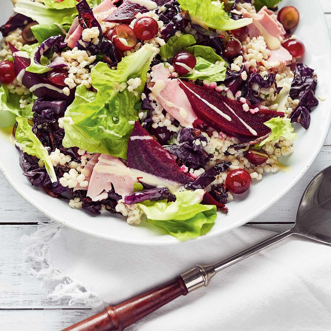 Salade-repas à l'orge, au chou et au jambon