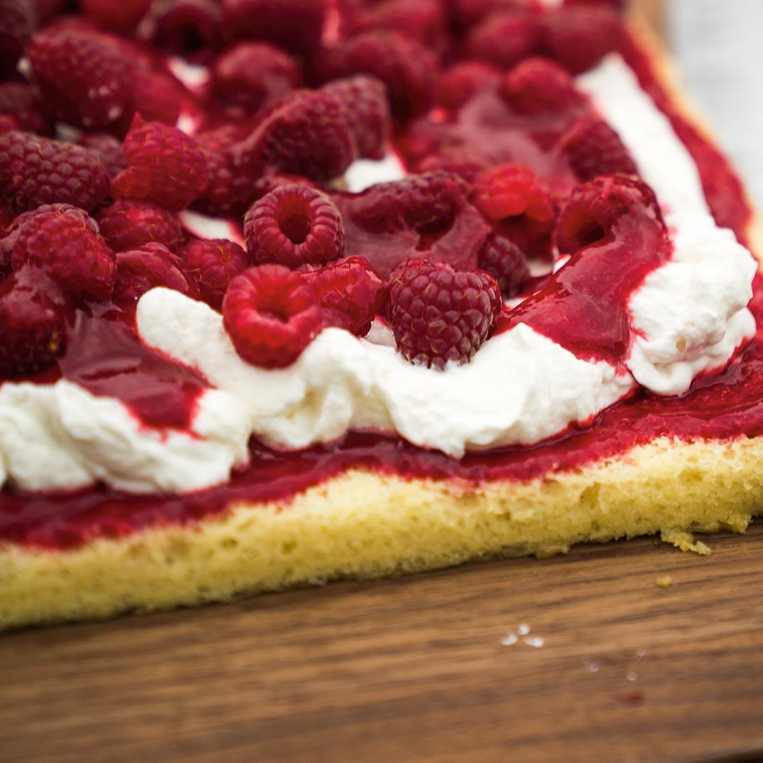 Gâteau à la vanille dans une plaque et garniture à la framboise