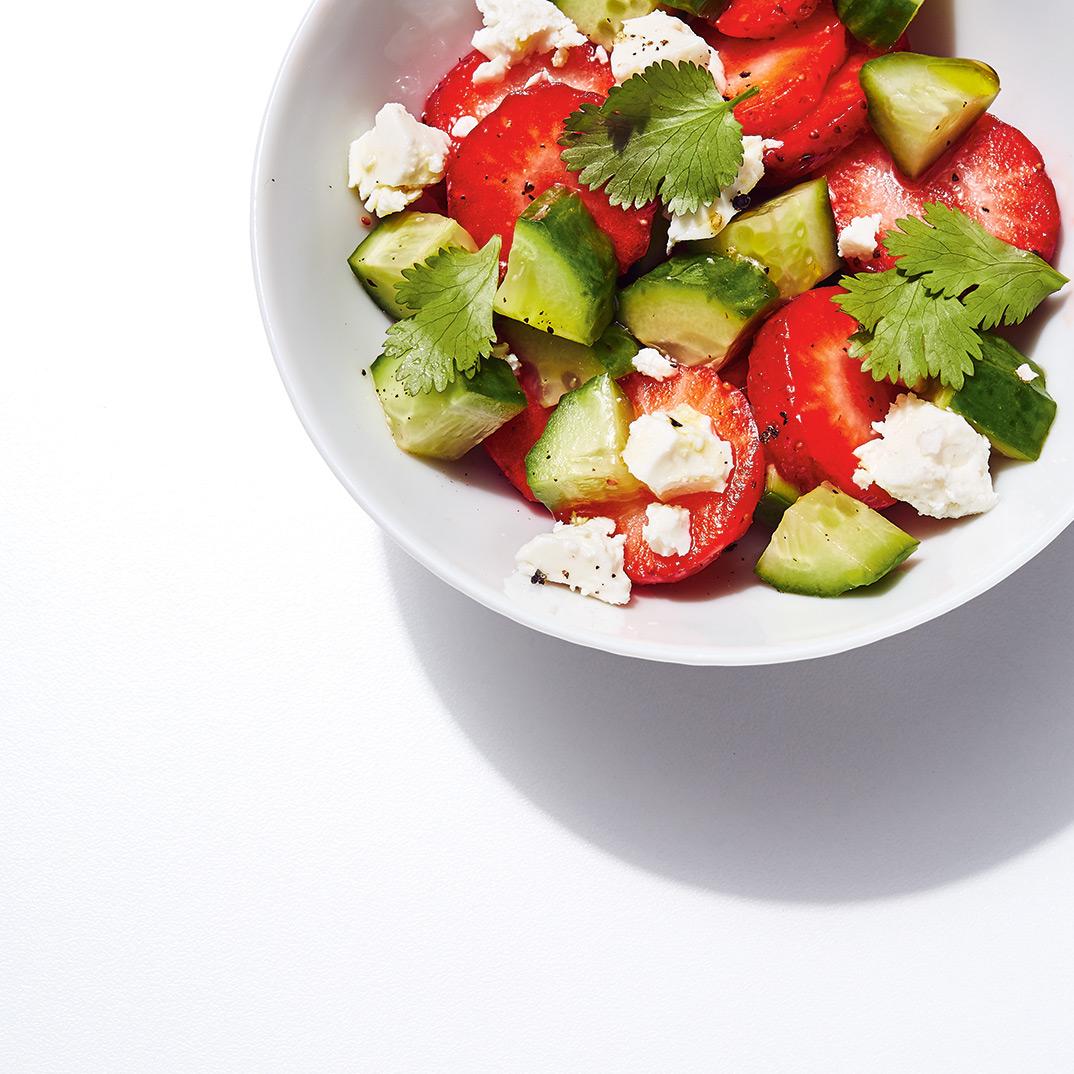 Salade de fraises, de concombre et de feta