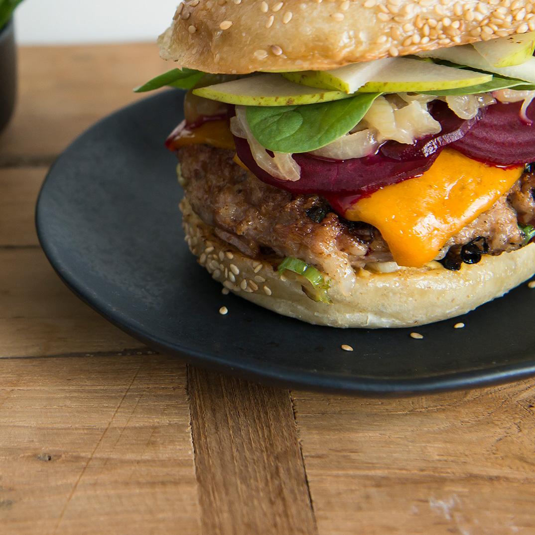 Burgers de porc et bacon, oignons caramélisés et chiffonnade de betteraves