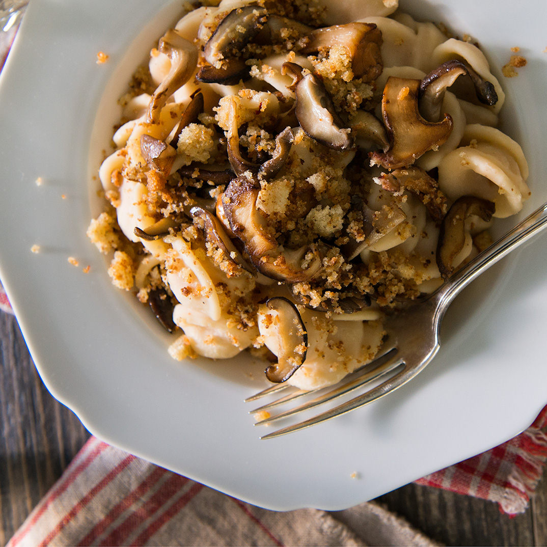 Orecchiettes aux haricots, poêlée de champignons et chapelure à l'huile d'olive (<i>orecchiette con fave, funghi e mollica di pane</i>)