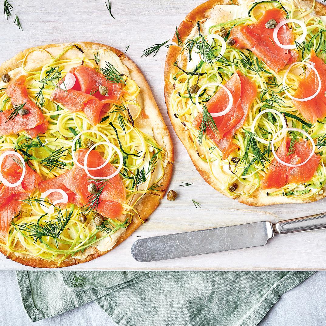 Pizza à la courgette et au saumon fumé sur pita