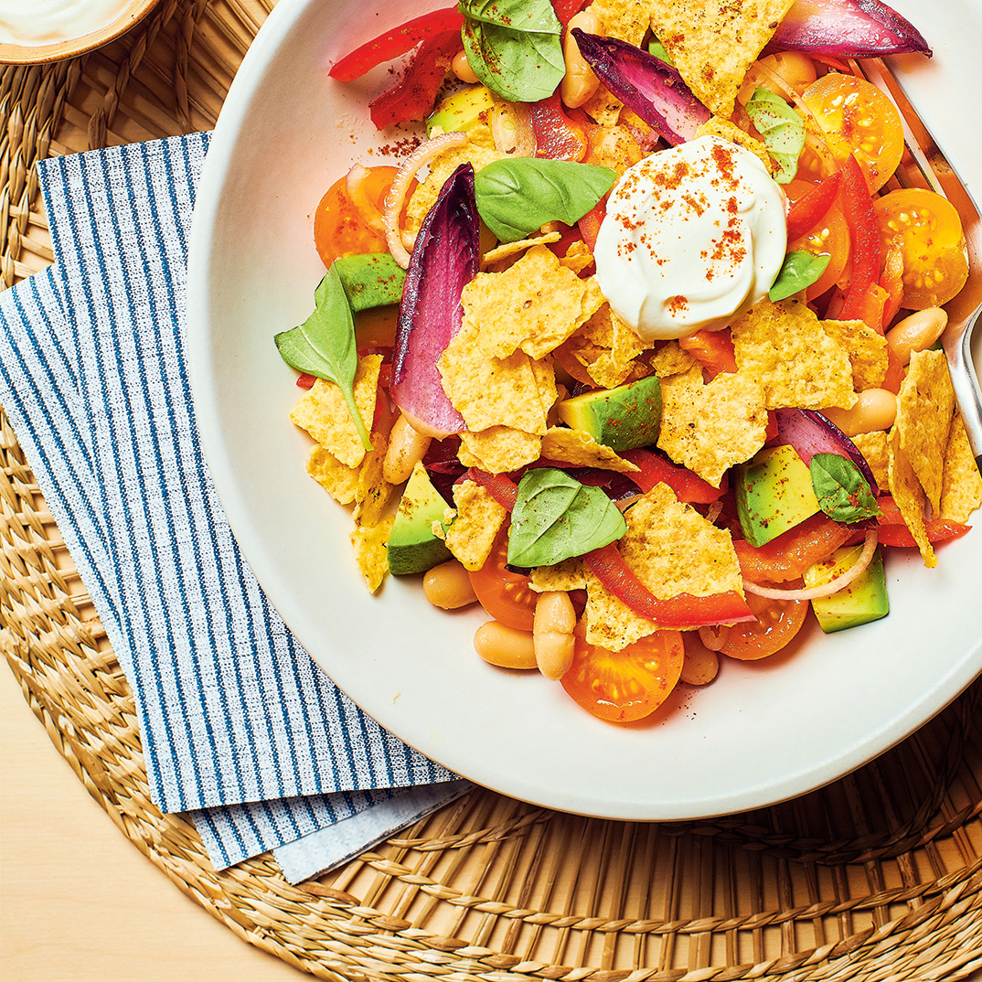 Salade de haricots blancs et de tortillas croustillantes