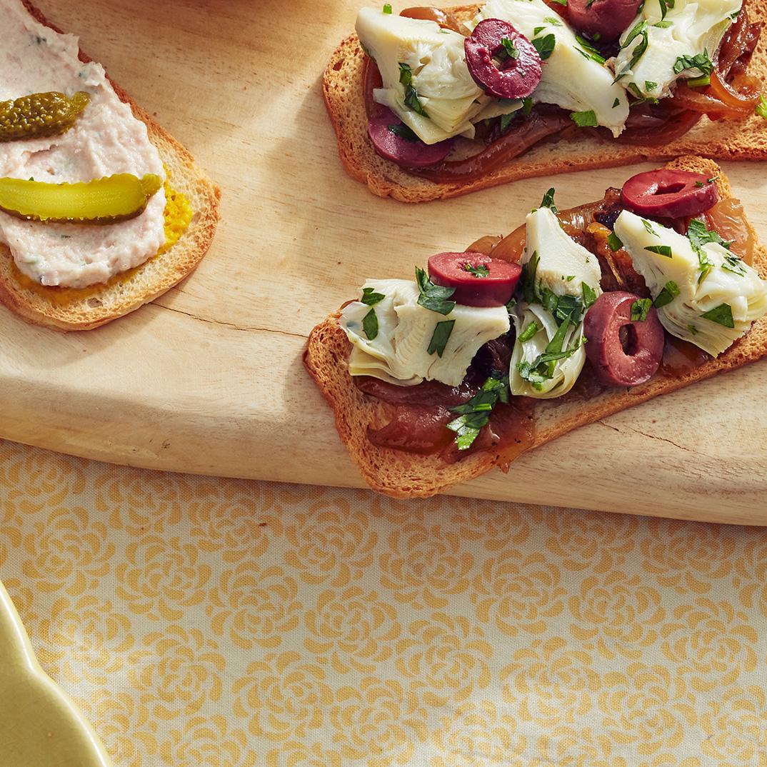 Craquelins aux oignons caramélisés, aux artichauts et aux olives