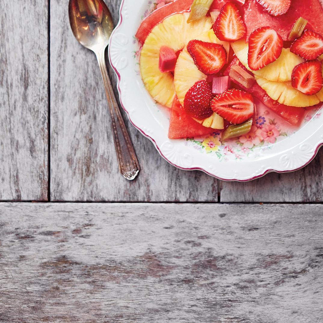 Salade de fruits à la rhubarbe confite