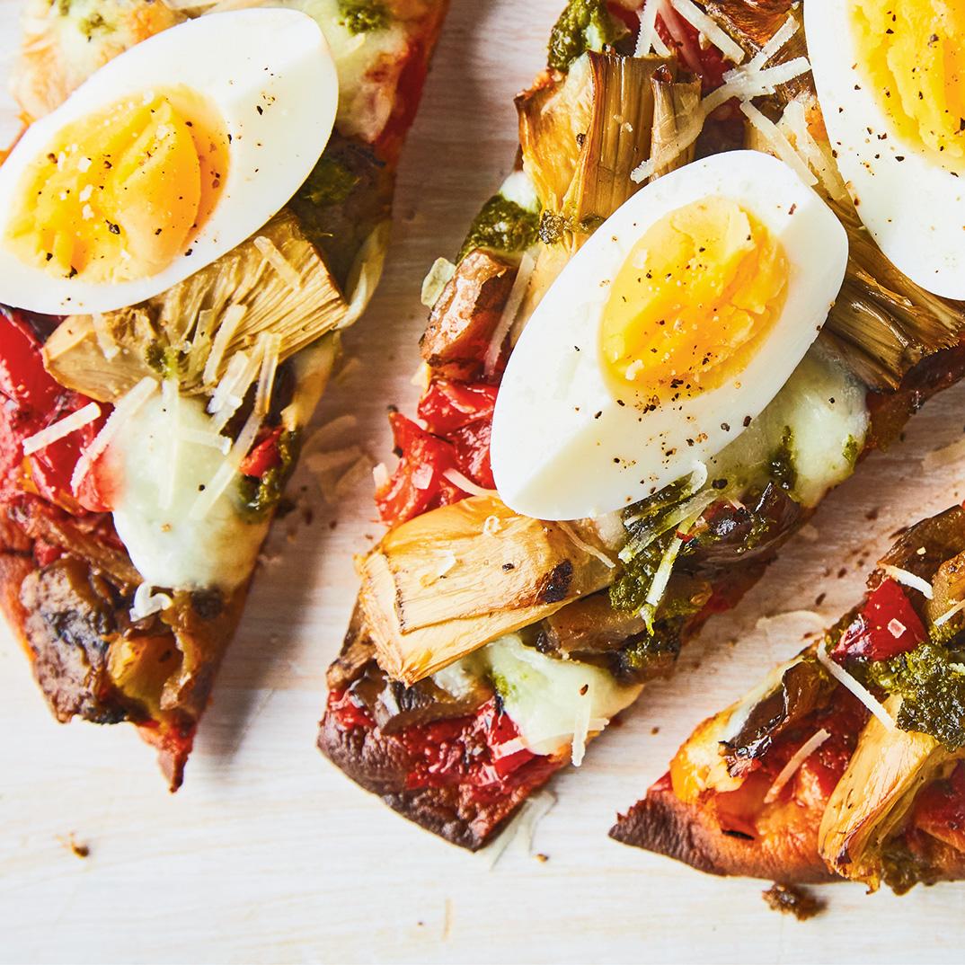 Pizza sur pain naan aux légumes marinés et aux oeufs au barbecue