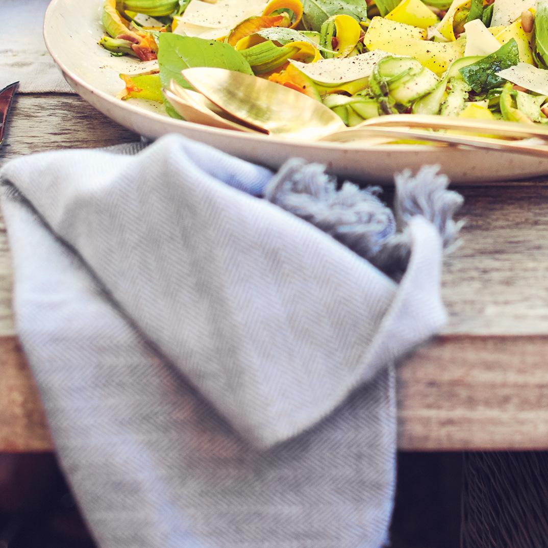 Salade d'asperges et de courgettes crues, noix de pin et parmesan