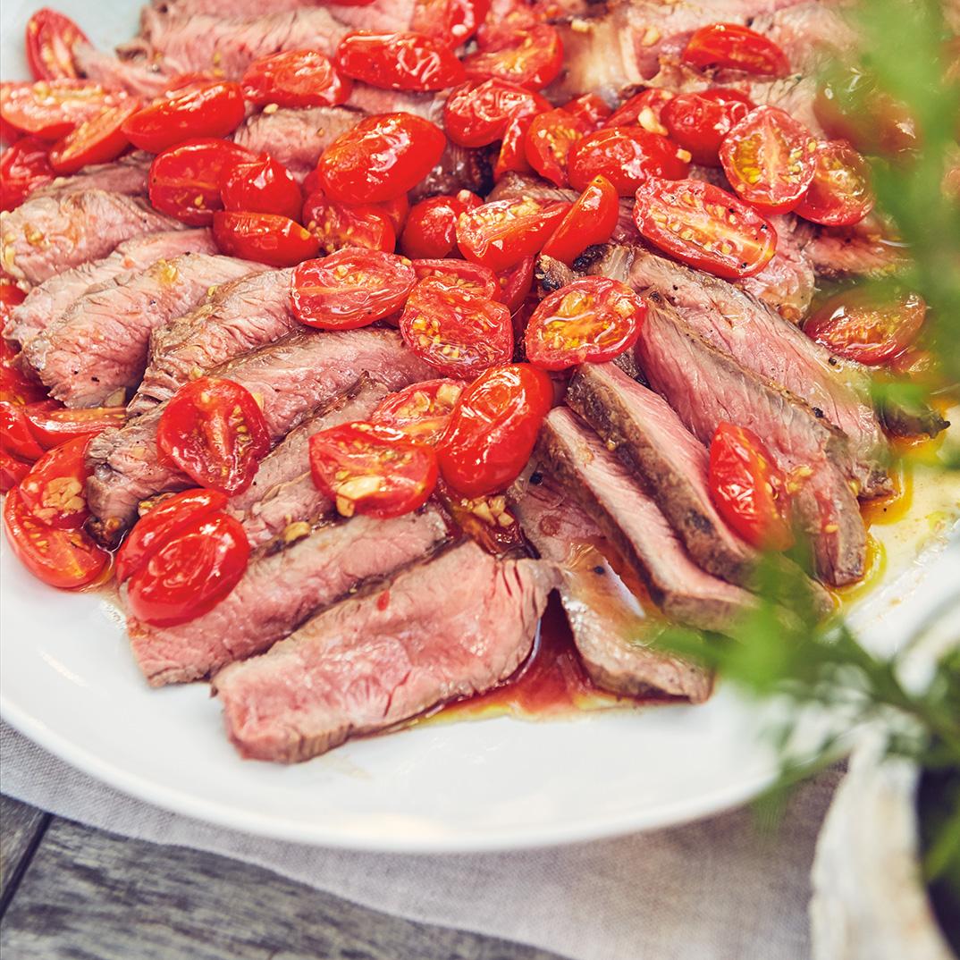 Biftecks à l'ail grillé et tombée de tomates cerises