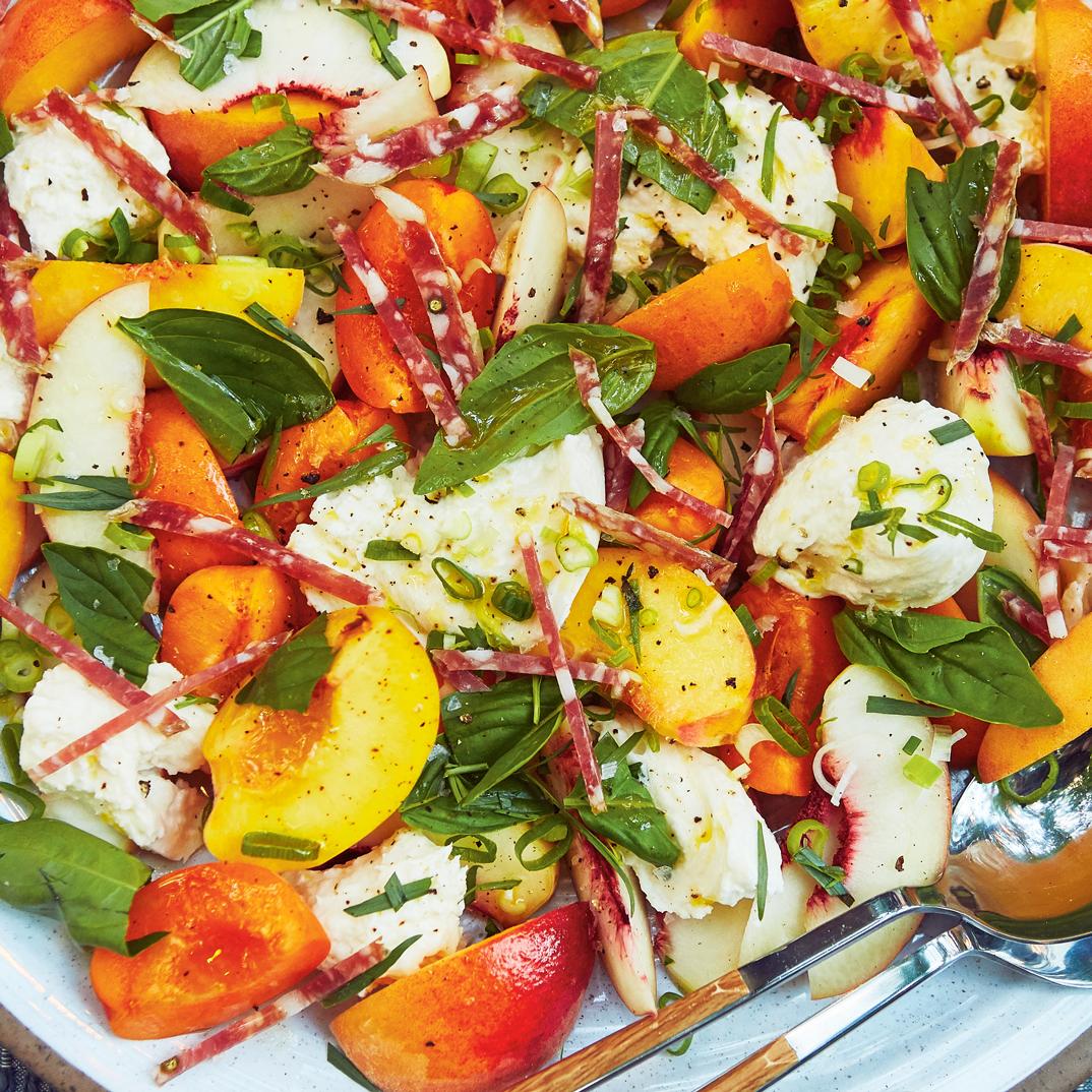 Salade de pêches et de mozzarella fraîche
