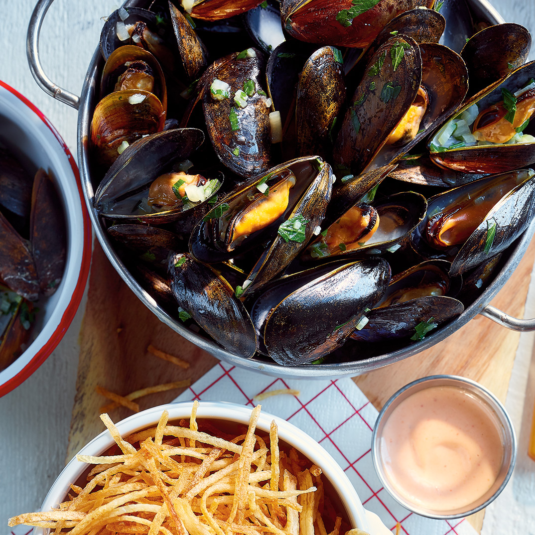 Mussels in White Wine with Fries