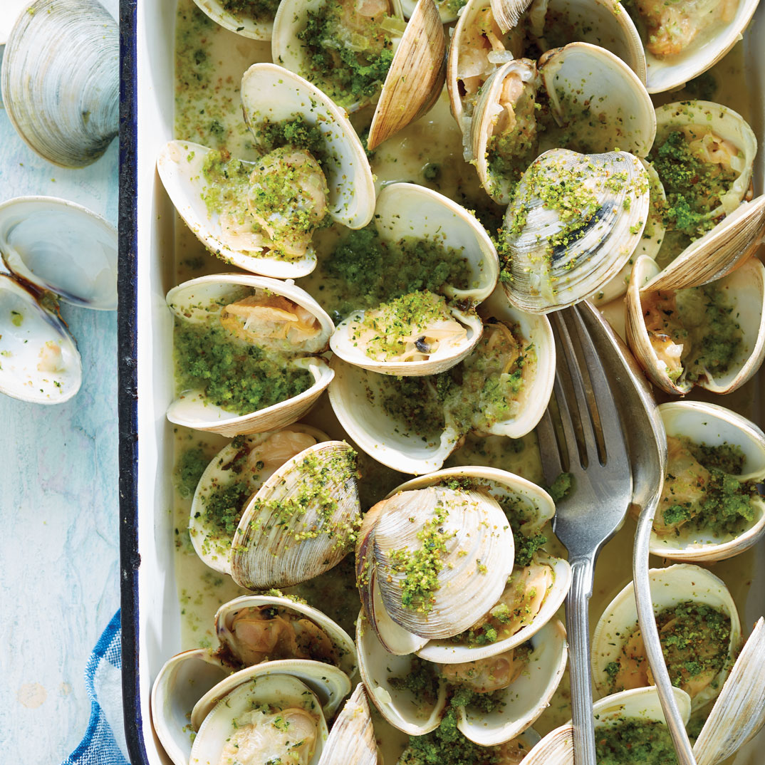 Clams in White Wine with Parsley and Bacon Crumble