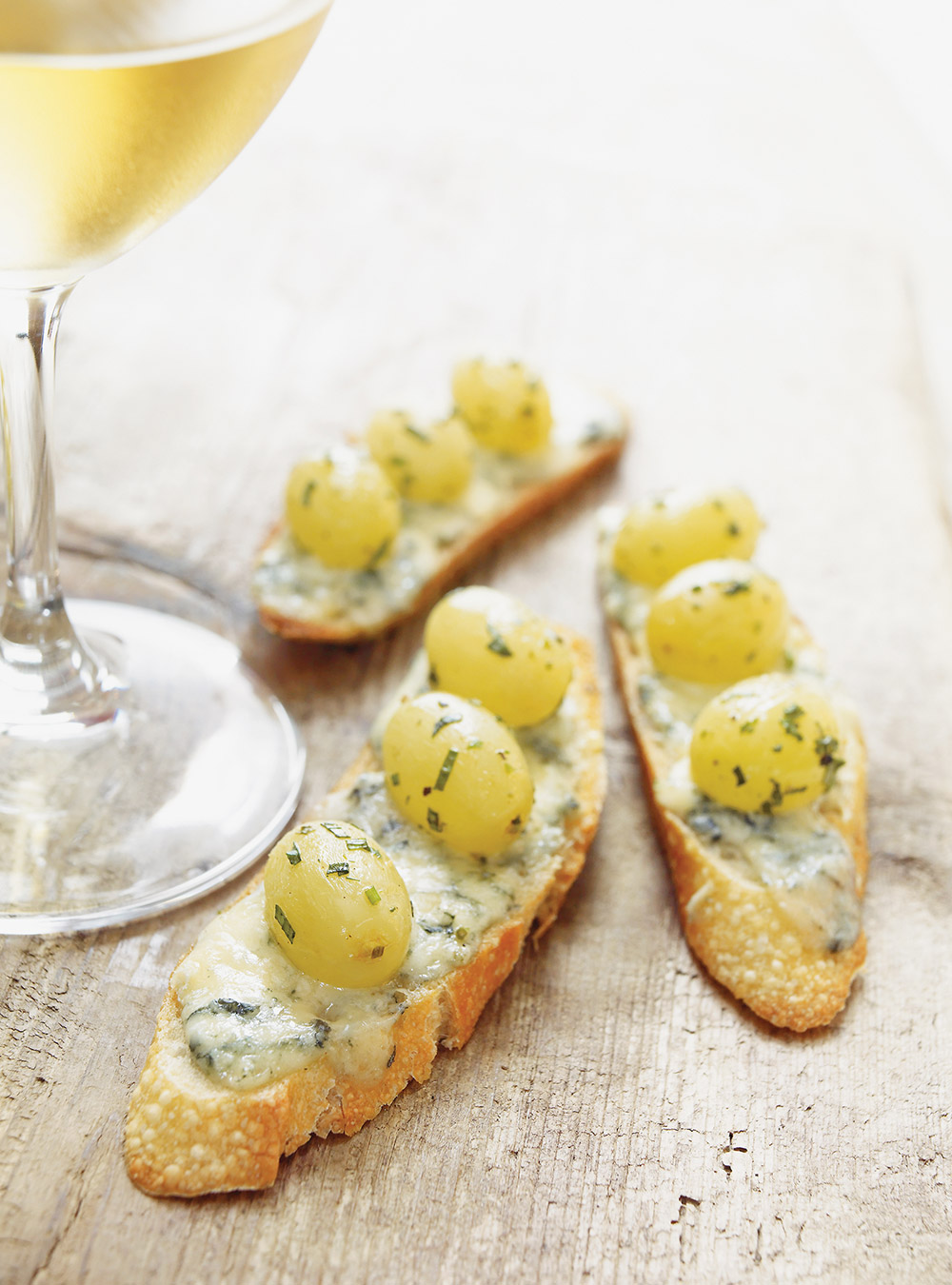 Grape confit and roquefort canap s ricardo for Canape aperitif