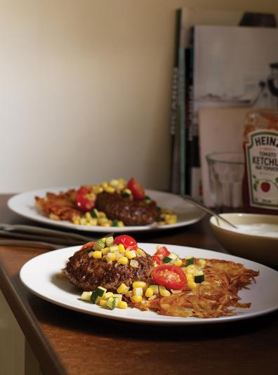 Photo Steak de Hambourg, ratatouille d'hiver et galettes de pommes de terre