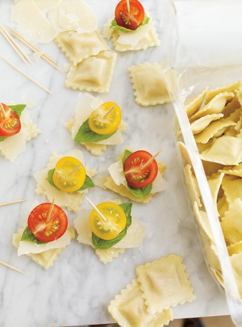 Brochettes de ravioli, tomates cerises et parmesan