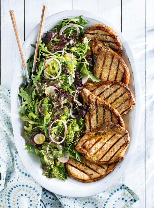 Côtelettes de porc grillées et salade citron-parmesan
