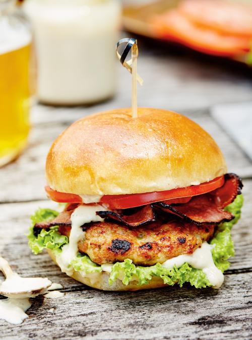 Burger de poulet, bacon et sauce mayonnaise aux câpres