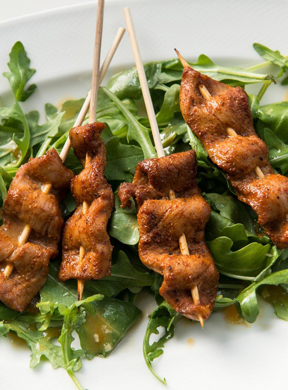 Brochettes de porc aux pices sur salade de roquette ricardo for Articles de cuisine ricardo
