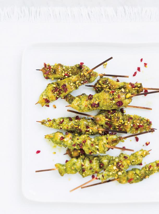 Photo Mini-brochettes de poulet au pesto, aux canneberges et aux pistaches