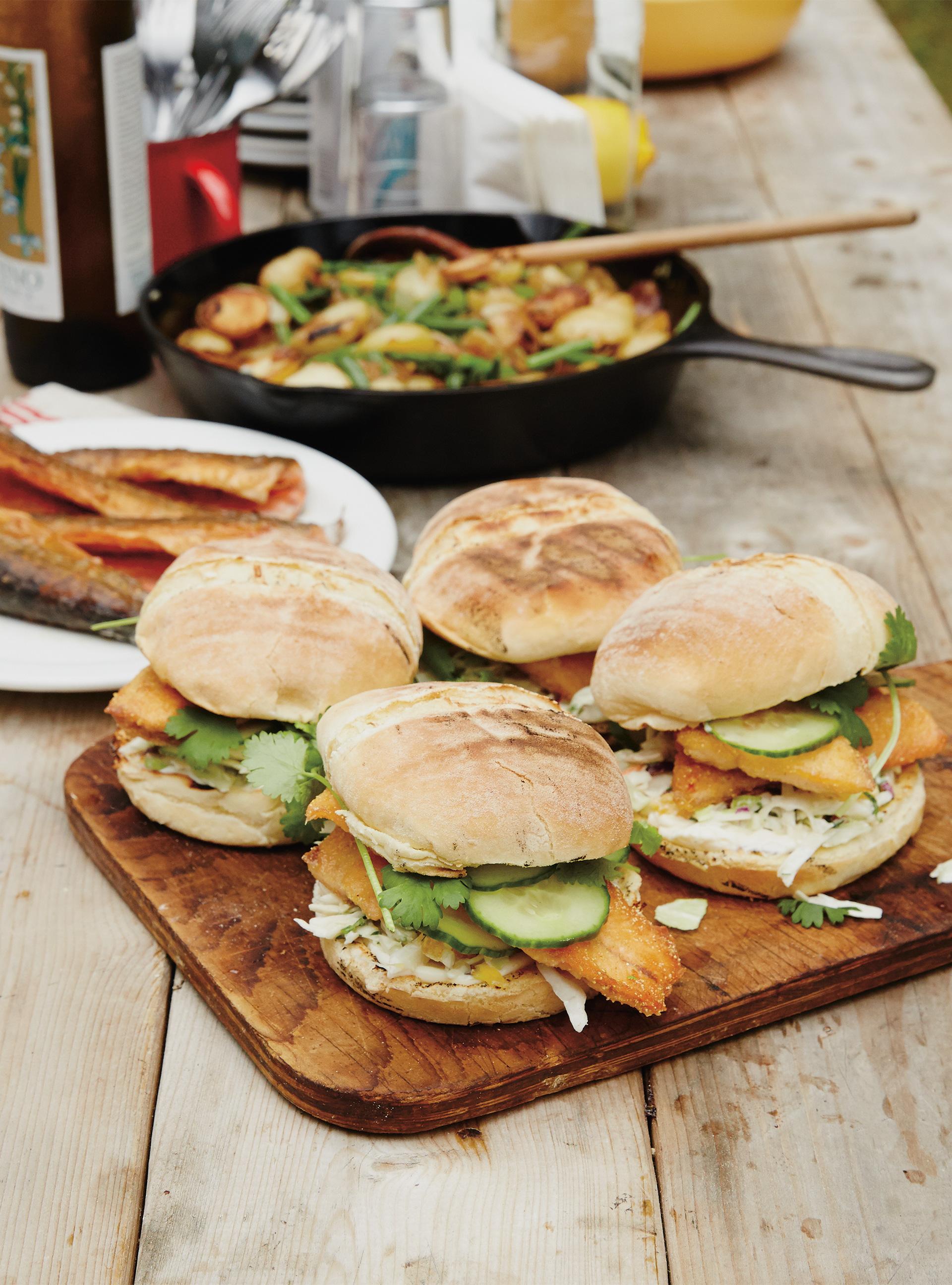 burger de truite et salade de chou l orange ricardo. Black Bedroom Furniture Sets. Home Design Ideas