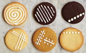 Draw straight lines with royal icing
