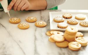 How to use royal icing?