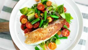 Salade de légumes aux cerises de terre et poisson rôti